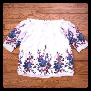 NEW so cute! Off shoulder embroidered flower top🌸